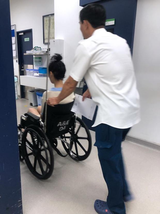Han Sara bất ngờ nhập viện vì bị trật chân liên tục, phải dùng xe lăn để di chuyển sau khi cố nén đau đi tham dự sự kiện - Ảnh 3.