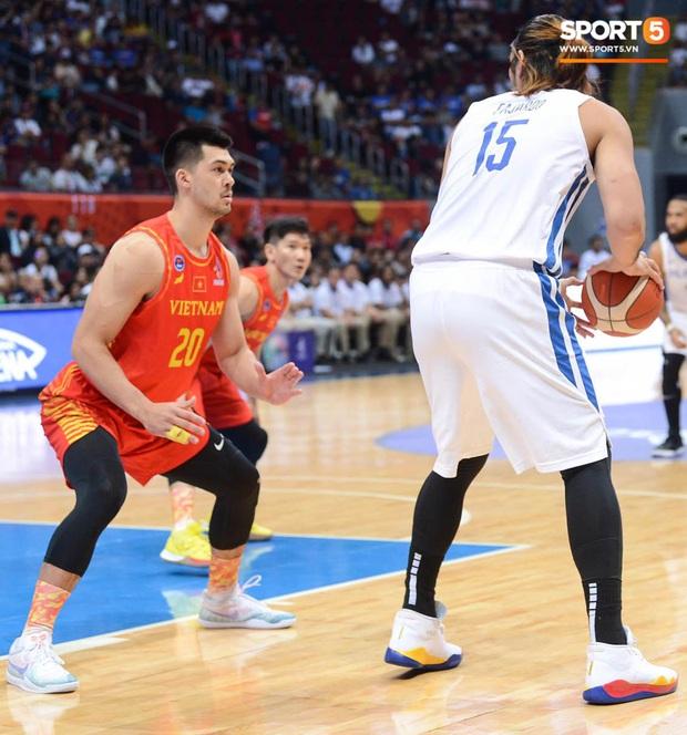 Bất lợi quá lớn về mặt thể hình, đội tuyển bóng rổ Việt Nam nhận thất bại với tỉ số đậm trước chủ nhà Philippines - Ảnh 7.