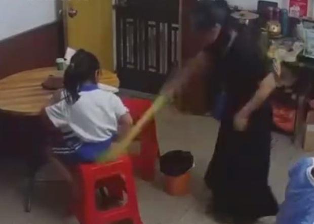 Bị mẹ đánh tới tấp, giật tóc, ngã lăn quay vì không làm bài tập, cô bé chịu đựng, gương mặt không cảm xúc càng khiến nhiều người xót xa - Ảnh 4.
