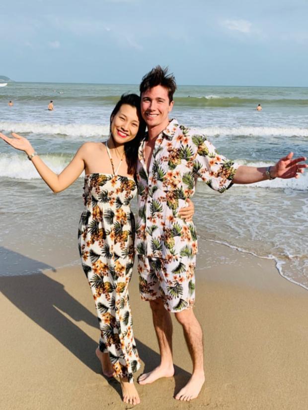 MC Hoàng Oanh và chồng Tây ngọt ngào hết mức, ôm hôn cực tình ở quán ăn trong tuần trăng mật tại Nha Trang - Ảnh 2.