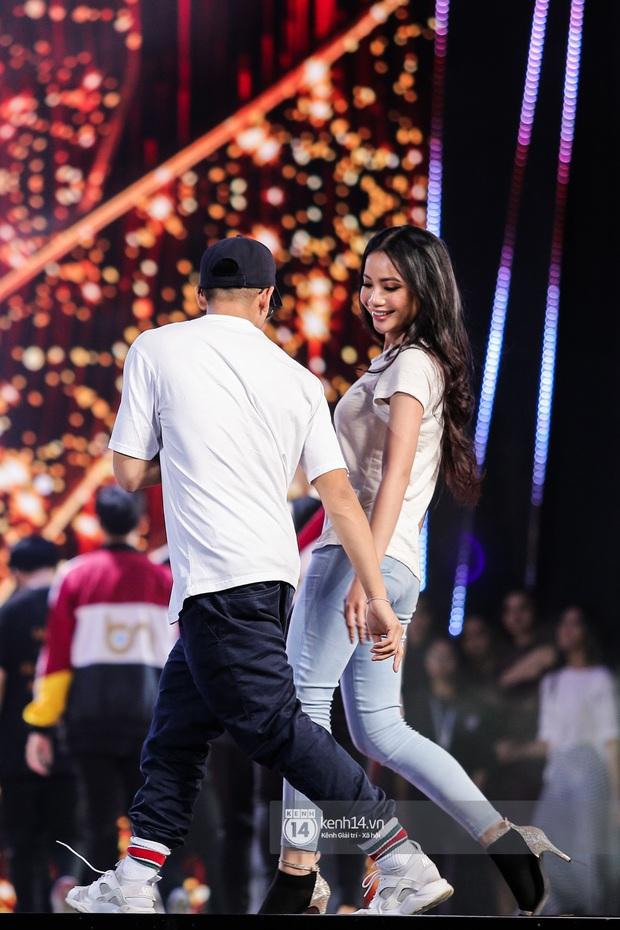 Thu Minh, Trọng Hiếu diễn cực sung, cùng HHen Niê và dàn thí sinh tổng duyệt trước giờ G chung kết Hoa hậu Hoàn vũ - Ảnh 15.