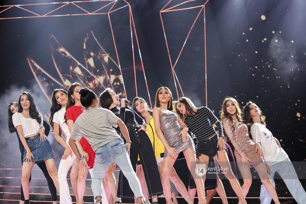 Thu Minh, Trọng Hiếu diễn cực sung, cùng HHen Niê và dàn thí sinh tổng duyệt trước giờ G chung kết Hoa hậu Hoàn vũ - Ảnh 3.