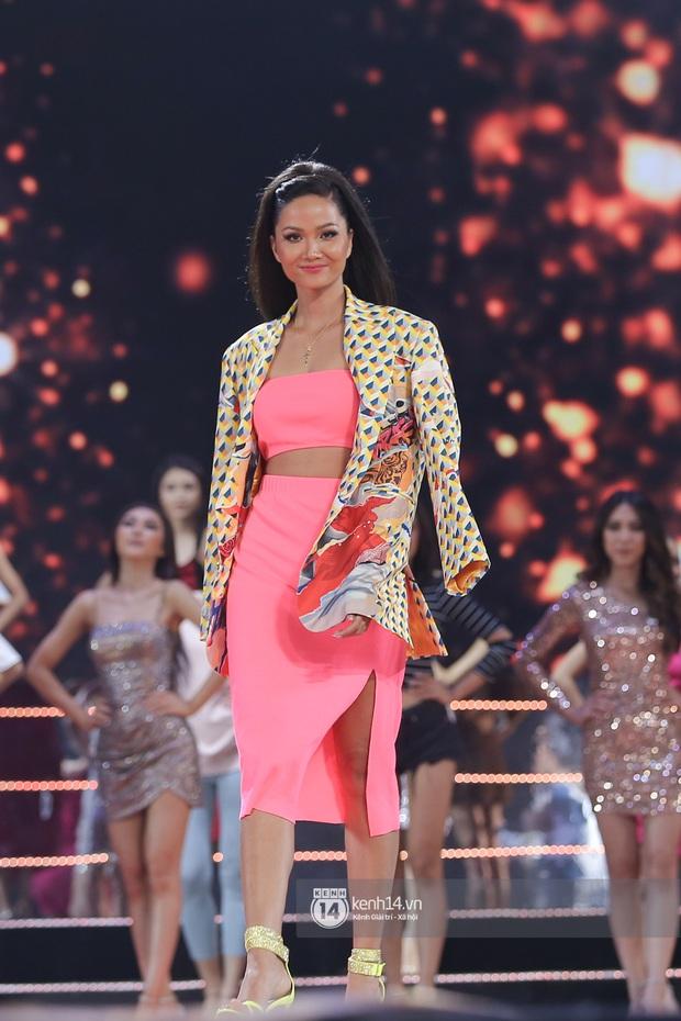 Thu Minh, Trọng Hiếu diễn cực sung, cùng HHen Niê và dàn thí sinh tổng duyệt trước giờ G chung kết Hoa hậu Hoàn vũ - Ảnh 8.
