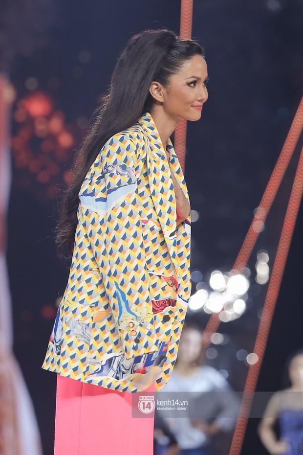 Thu Minh, Trọng Hiếu diễn cực sung, cùng HHen Niê và dàn thí sinh tổng duyệt trước giờ G chung kết Hoa hậu Hoàn vũ - Ảnh 7.