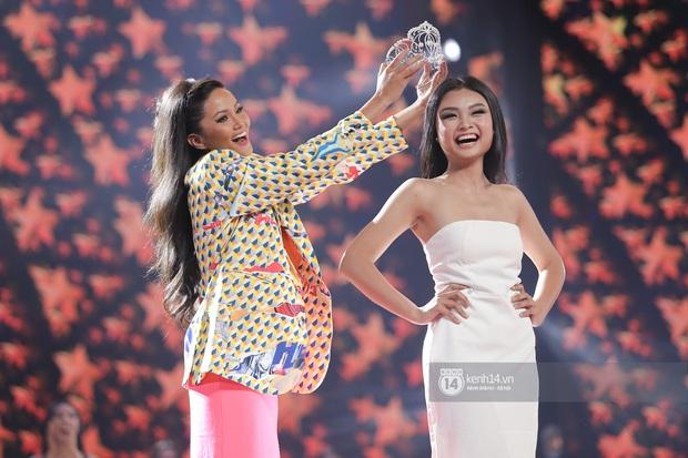 Thu Minh, Trọng Hiếu diễn cực sung, cùng HHen Niê và dàn thí sinh tổng duyệt trước giờ G chung kết Hoa hậu Hoàn vũ - Ảnh 6.