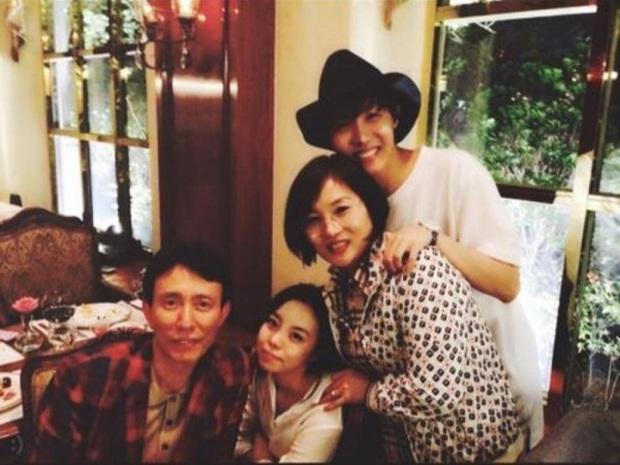 Choáng với bố mẹ của ông hoàng toàn cầu BTS: Ai cũng đẹp xuất sắc, mẹ Jin đi thi Hoa hậu, bố là CEO - Ảnh 16.