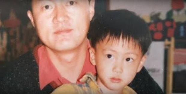 Choáng với bố mẹ của ông hoàng toàn cầu BTS: Ai cũng đẹp xuất sắc, mẹ Jin đi thi Hoa hậu, bố là CEO - Ảnh 1.