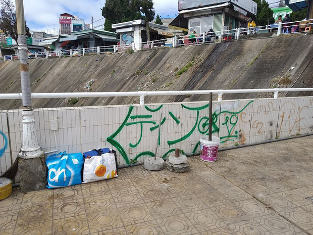 Dân mạng nhức mắt vì góc check-in nổi tiếng ở chợ Đà Lạt bị phá hoại, chằng chịt hình graffiti trên tường - Ảnh 1.
