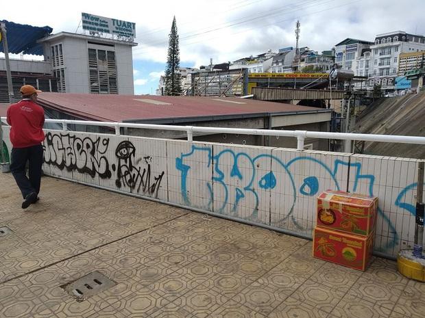 Dân mạng nhức mắt vì góc check-in nổi tiếng ở chợ Đà Lạt bị phá hoại, chằng chịt hình graffiti trên tường - Ảnh 3.