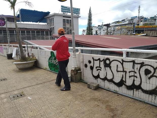 Dân mạng nhức mắt vì góc check-in nổi tiếng ở chợ Đà Lạt bị phá hoại, chằng chịt hình graffiti trên tường - Ảnh 4.