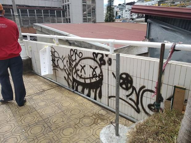 Dân mạng nhức mắt vì góc check-in nổi tiếng ở chợ Đà Lạt bị phá hoại, chằng chịt hình graffiti trên tường - Ảnh 2.