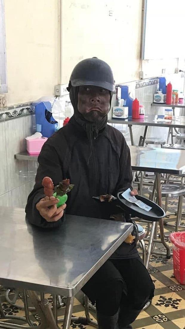Xúi bạn hoá trang thành người đàn ông mặc đồ đen, cầm xúc xích, đầu gà để câu like - Ảnh 1.
