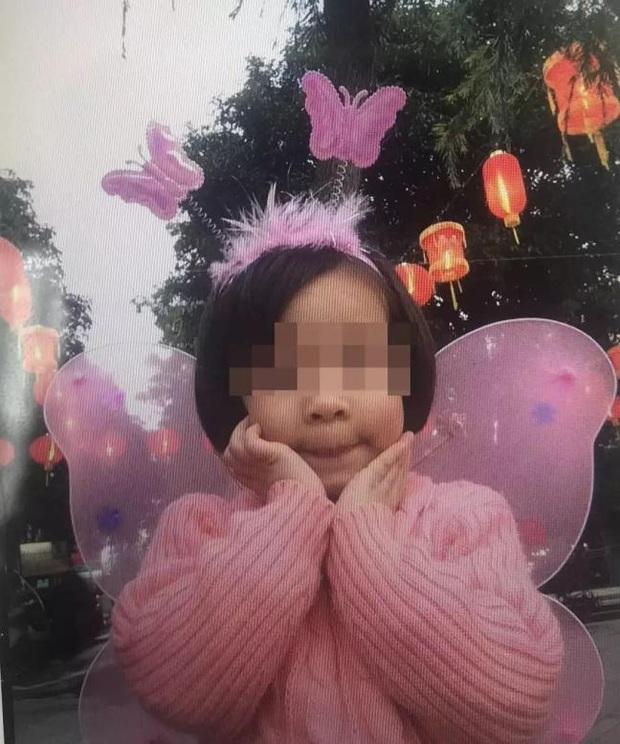 Đang nhún nhảy trên bạt lò xo, bé gái 8 tuổi bỗng ngất xỉu, nhiều khả năng bị liệt vĩnh viễn trước sự bình thản của nhân viên khu vui chơi - Ảnh 1.