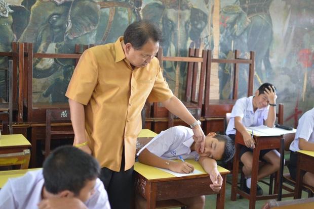Học trò ngủ gật trong giờ học, thầy giáo không gọi dậy mà đến kiểm tra... xem còn thở không khiến cả lớp cười ngất - Ảnh 1.
