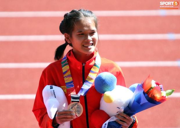 Xúc động hình ảnh nữ vận động viên marathon Việt Nam kiệt sức, không thể tự mặc quần dài lên nhận huy chương tại SEA Games 30 - Ảnh 4.