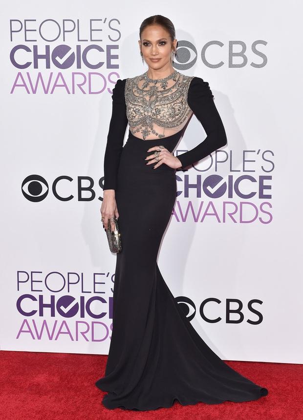 Một chiếc váy hai thái cực: Lee Young Ae nền nã, J.Lo thì không giấu nổi vẻ sexy bức người dù mặc khá kín đáo - Ảnh 1.