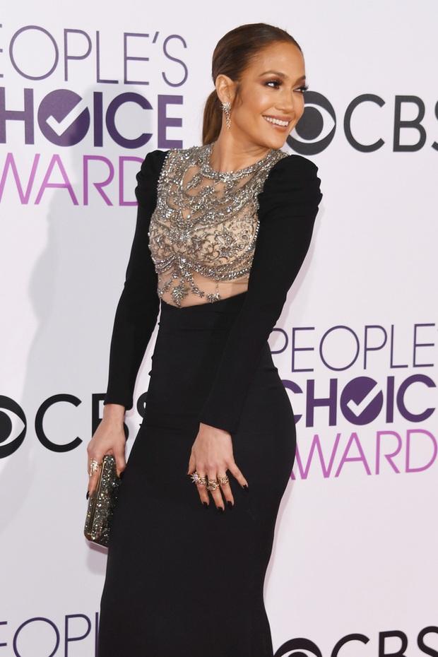 Một chiếc váy hai thái cực: Lee Young Ae nền nã, J.Lo thì không giấu nổi vẻ sexy bức người dù mặc khá kín đáo - Ảnh 2.