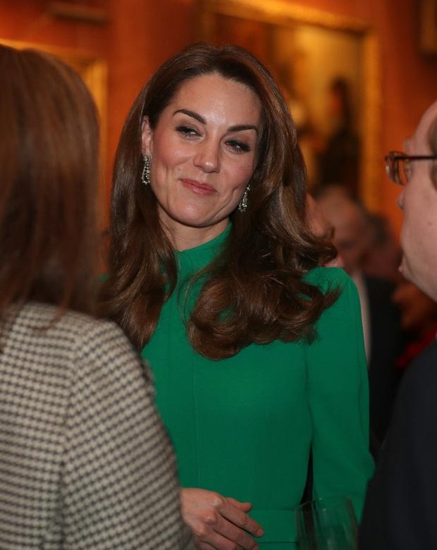Không phải nữ nhân Hoàng gia nào cũng được dùng chung trang sức với Nữ hoàng Anh, nhưng cháu dâu Kate Middleton thì có - Ảnh 1.