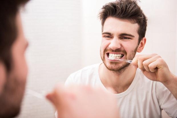 Những thói quen cần tránh khi vệ sinh răng miệng - Ảnh 2.