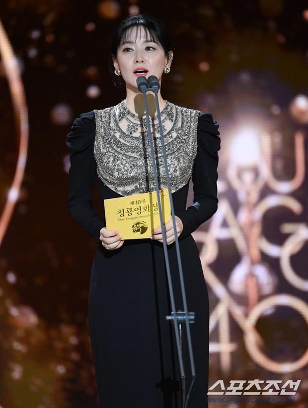 Một chiếc váy hai thái cực: Lee Young Ae nền nã, J.Lo thì không giấu nổi vẻ sexy bức người dù mặc khá kín đáo - Ảnh 5.
