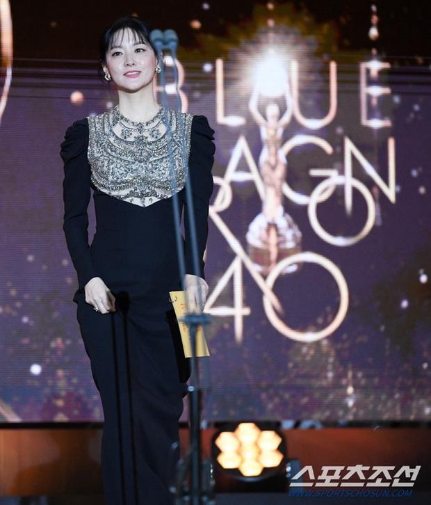 Một chiếc váy hai thái cực: Lee Young Ae nền nã, J.Lo thì không giấu nổi vẻ sexy bức người dù mặc khá kín đáo - Ảnh 6.