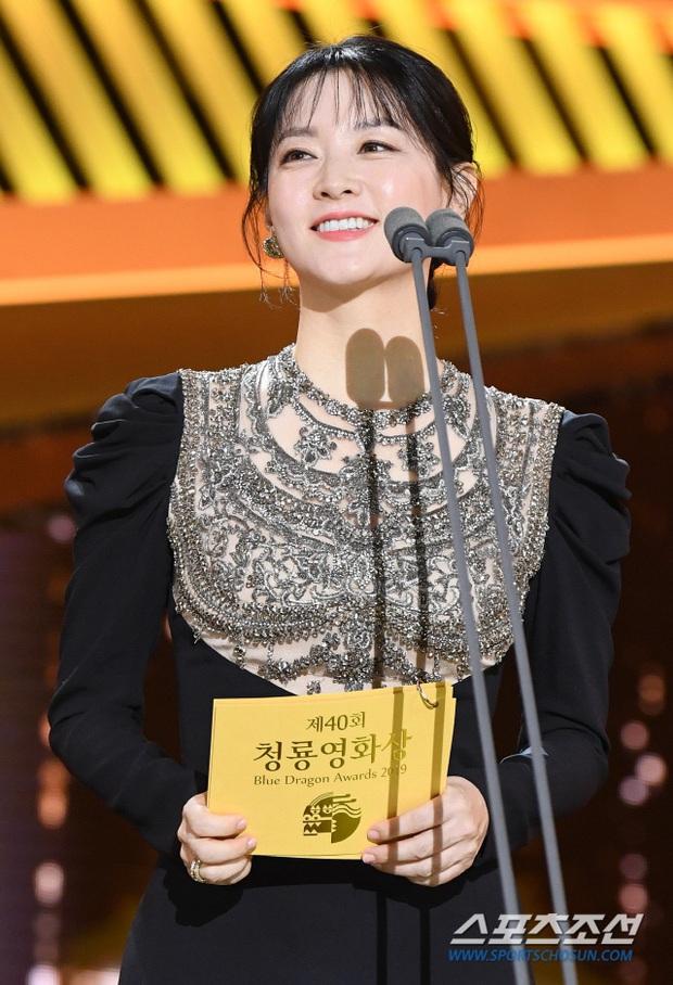 Một chiếc váy hai thái cực: Lee Young Ae nền nã, J.Lo thì không giấu nổi vẻ sexy bức người dù mặc khá kín đáo - Ảnh 7.