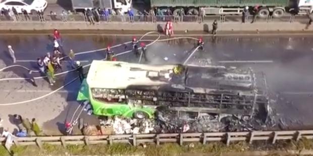 Xe giường nằm cháy dữ dội khi đang chạy, Quốc lộ 1A ách tắc nhiều giờ - Ảnh 9.