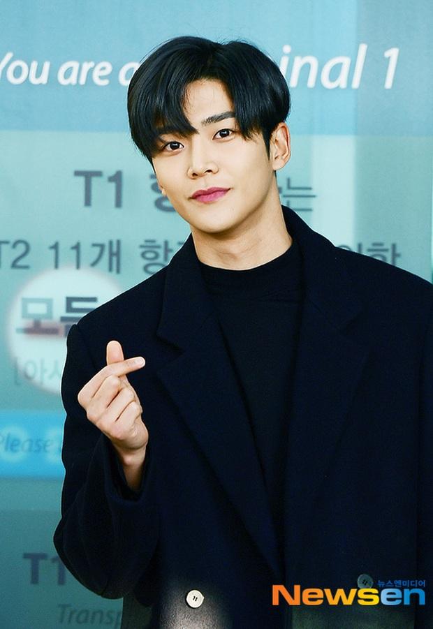 Dàn sao Hàn gây náo loạn sân bay: Jaejoong và Lee Da Hae cực nổi, nhưng nam thần hiện tượng Rowoon mới là tâm điểm - Ảnh 9.