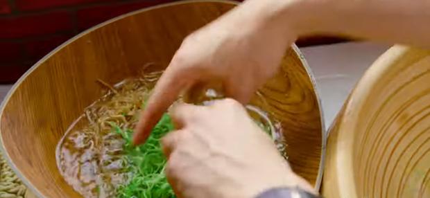 Nấu nướng chuyên nghiệp như Quốc Trường vẫn dính phốt rửa rau không sạch ở Vào Bếp Đi Con tập 4 - Ảnh 13.