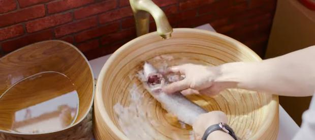 Nấu nướng chuyên nghiệp như Quốc Trường vẫn dính phốt rửa rau không sạch ở Vào Bếp Đi Con tập 4 - Ảnh 2.