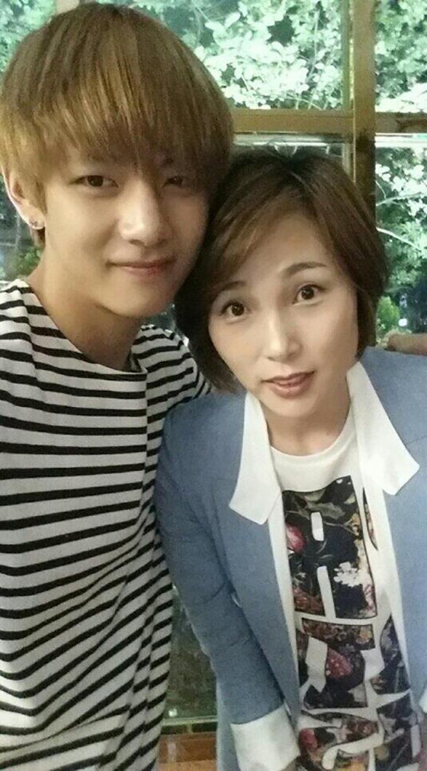 Choáng với bố mẹ của ông hoàng toàn cầu BTS: Ai cũng đẹp xuất sắc, mẹ Jin đi thi Hoa hậu, bố là CEO - Ảnh 12.