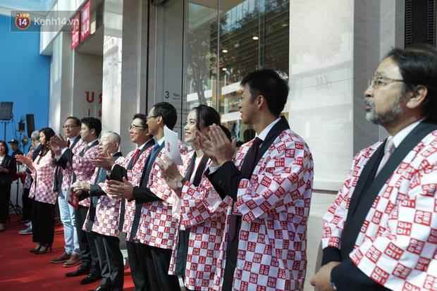 UNIQLO Đồng Khởi khai trương: Nhân viên chuẩn bị cà phê và bánh cho người xếp hàng, khách kéo đến đông nghịt từ sáng sớm - Ảnh 7.