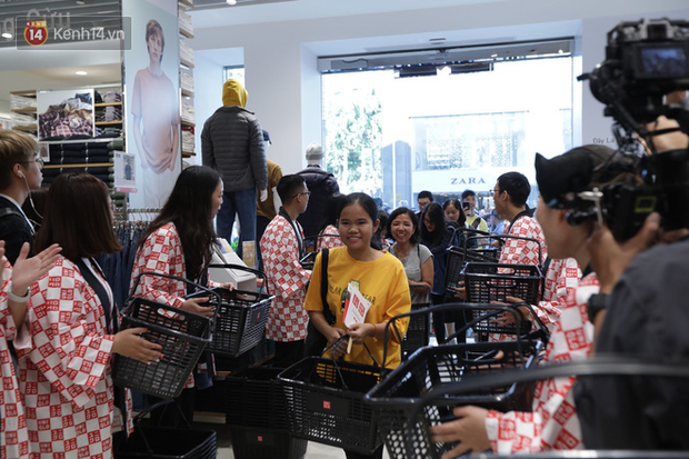 UNIQLO Đồng Khởi khai trương: Nhân viên chuẩn bị cà phê và bánh cho người xếp hàng, khách kéo đến đông nghịt từ sáng sớm - Ảnh 9.