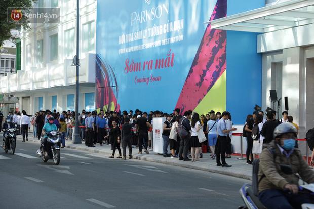 UNIQLO Đồng Khởi chính thức mở cửa, khách trung niên mua ác nhất - Ảnh 1.