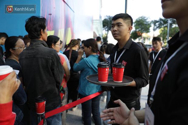 UNIQLO Đồng Khởi khai trương: Nhân viên chuẩn bị cà phê và bánh cho người xếp hàng, khách kéo đến đông nghịt từ sáng sớm - Ảnh 4.