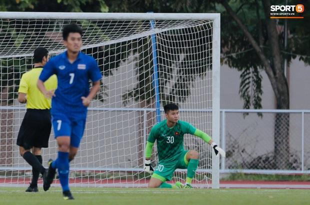 HLV Park Hang-seo giả lập tình huống sai lầm của Văn Toản ở trận gặp Thái Lan cho Bùi Tiến Dũng tập luyện - Ảnh 5.