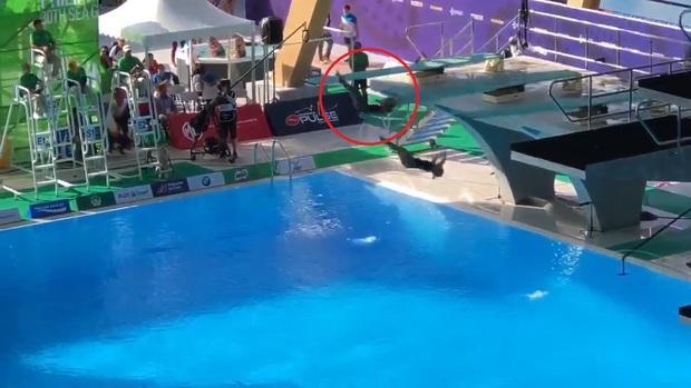 SEA Games 30: Phần trình diễn nhảy cầu thảm họa của cặp VĐV chủ nhà khiến fan bật cười nhưng xem kỹ tất cả bỗng nhìn ra điều kinh hoàng - Ảnh 2.