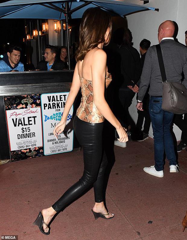 Dạo phố sang chảnh như Kendall Jenner: Gây sửng sốt vì body quá hoàn mỹ, áo bó chặt nhưng không lộ khuyết điểm - Ảnh 3.