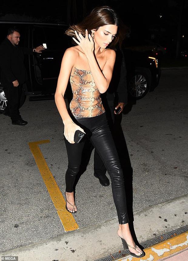 Dạo phố sang chảnh như Kendall Jenner: Gây sửng sốt vì body quá hoàn mỹ, áo bó chặt nhưng không lộ khuyết điểm - Ảnh 2.