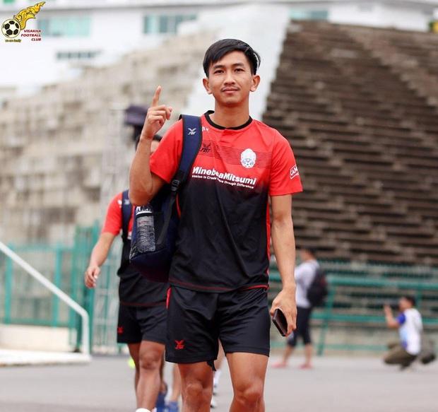 Fan đua nhau vào trang cá nhân của cầu thủ gốc Việt của Campuchia để luận công tội: Đánh người xấu xí nhưng lại tài tình sút trượt phạt đền - Ảnh 1.