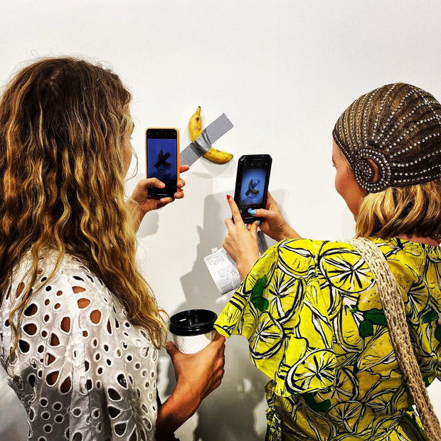 Quả chuối bình thường bỗng 'một bước lên hương' khi rơi vào tay nghệ sĩ nổi tiếng, được dán lên tường và bán với giá 2,78 tỷ đồng - Ảnh 3.