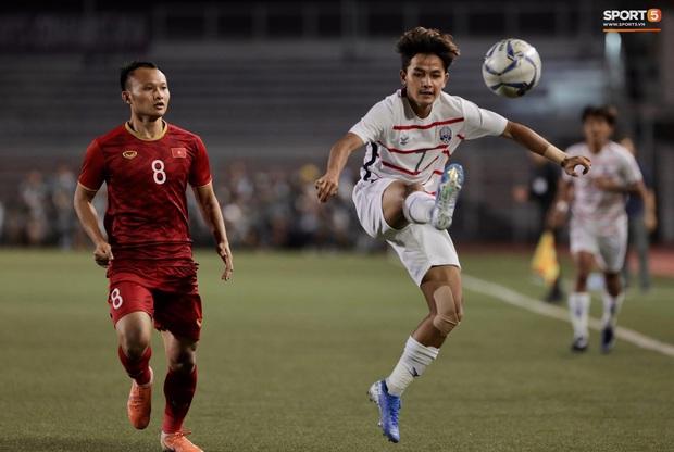 Trọng Hoàng bị phạm lỗi thô bạo, cầu thủ Campuchia vẫn lao vào trọng tài như muốn ăn tươi nuốt sống - Ảnh 2.