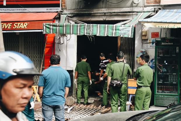 Người cha đứng lặng người trước hiện trường ngôi nhà cháy ở Sài Gòn khi biết 2 con gái và cháu 1 tuổi tử vong - Ảnh 4.