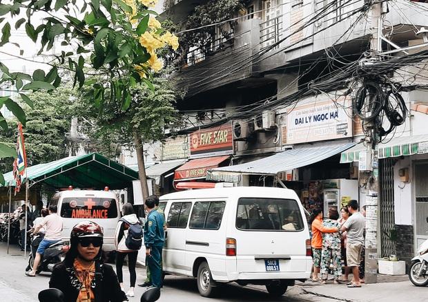 Người cha đứng lặng người trước hiện trường ngôi nhà cháy ở Sài Gòn khi biết 2 con gái và cháu 1 tuổi tử vong - Ảnh 11.