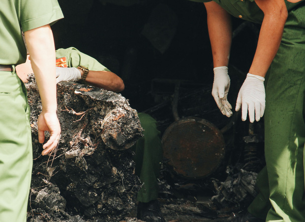 Người cha đứng lặng người trước hiện trường ngôi nhà cháy ở Sài Gòn khi biết 2 con gái và cháu 1 tuổi tử vong - Ảnh 7.