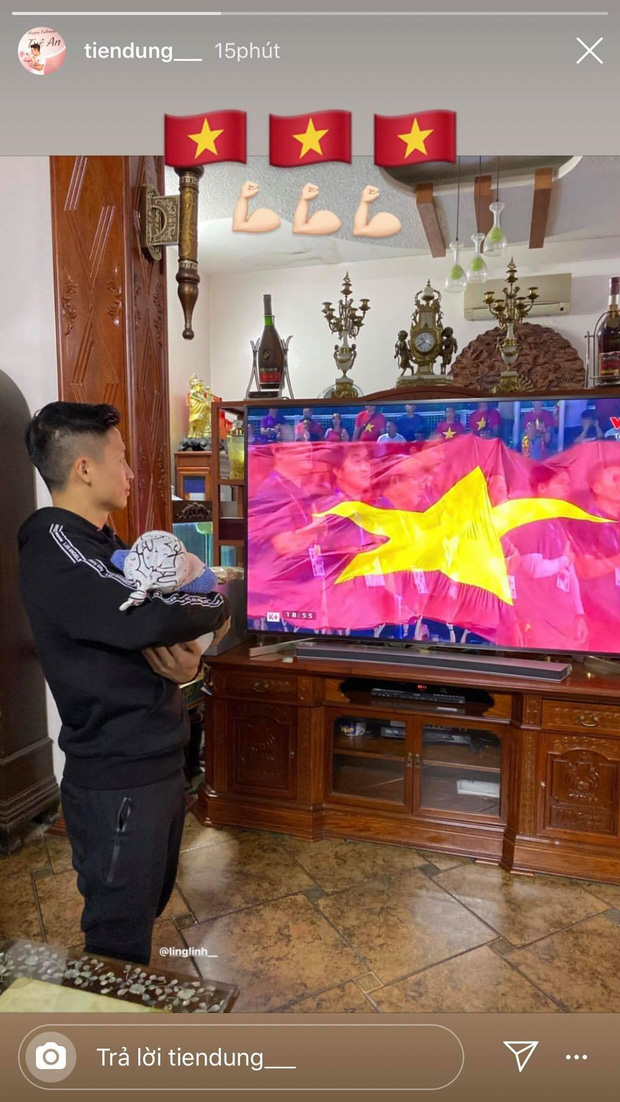 Bùi Tiến Dũng tay bế con, mắt dán vào màn hình: Hội trưởng hội bố bỉm vượt khó xem bóng mùa Sea Games đây rồi! - Ảnh 1.
