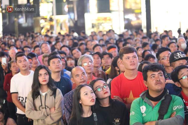 Ảnh: Phố đi bộ Nguyễn Huệ đông nghẹt chưa từng thấy, hàng ngàn CĐV Việt Nam hò reo sung sướng, tiếp lửa cho U22 Việt Nam hạ Campuchia - Ảnh 5.