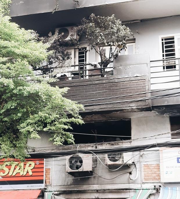 Người cha đứng lặng người trước hiện trường ngôi nhà cháy ở Sài Gòn khi biết 2 con gái và cháu 1 tuổi tử vong - Ảnh 14.