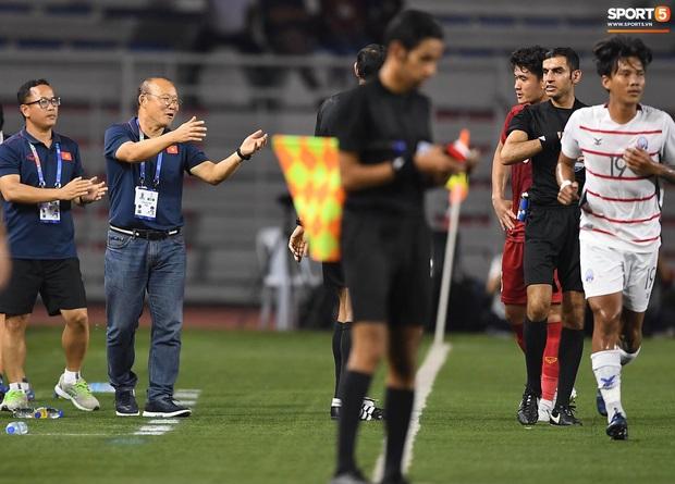 Trọng Hoàng bị phạm lỗi thô bạo, cầu thủ Campuchia vẫn lao vào trọng tài như muốn ăn tươi nuốt sống - Ảnh 14.