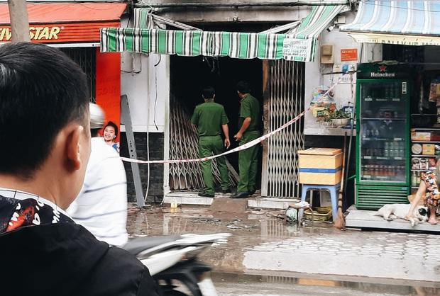 Người cha đứng lặng người trước hiện trường ngôi nhà cháy ở Sài Gòn khi biết 2 con gái và cháu 1 tuổi tử vong - Ảnh 3.